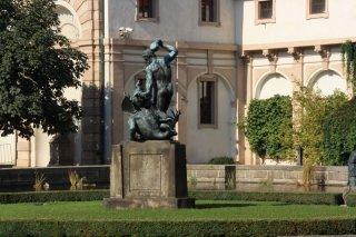 Valdštejnská zahrada - socha Herkula bojujícího s drakem