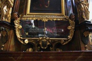 Kostel sv. Tomáše na Malé straně - skleněná rakev s relikviářem sv. Bonifáce