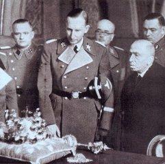 Reinhard Heydrich si v doprovodu Statního prezidenta Emila Háchy  prohlíží korunovační klenoty