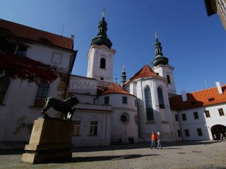 Strahovský klášter  - vnitřní nádvoří a basilika Nanebevzetí Panny Marie