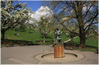 Petřín - Seminářská zahrada fontána Hrající se chlapci