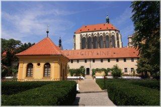 Františkánská zahrada v pozadí kostel Panny Marie Sněžné