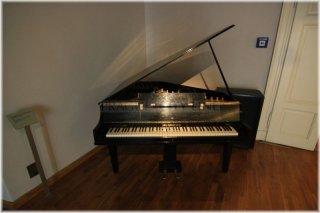 České muzeum hudby - expozice klavírů