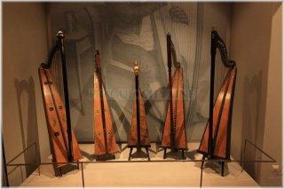 České muzeum hudby - expozice strunných nástrojů - jednoduché harfy