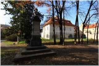 Ostrov Kampa - Werichova vila a socha Dobrovského