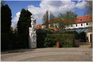 Socha Panny Marie Z Exilu ve Strahovských zahradách