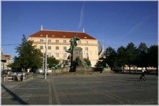 Palackého náměstí a Palackého socha