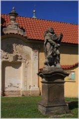 Socha sv. Rocha z roku 1751 před kostelem Panny Marie Vítězné na Bílé hoře v Praze