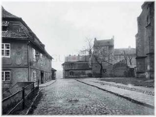 Jedna z posledních fotografií Jedové chýše. Přímo uprostřed, vpravo je vidět část kostela sv. Apolináře