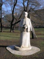 Eliška Krásnohorská - socha na Karlově náměstí