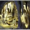 Tajuplná jeskyně s drahými kameny a dinosauří kostrou